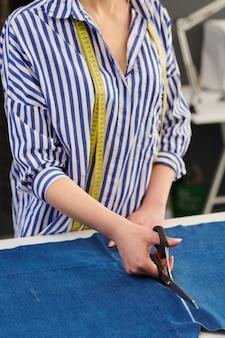 Портниха порезка ткани