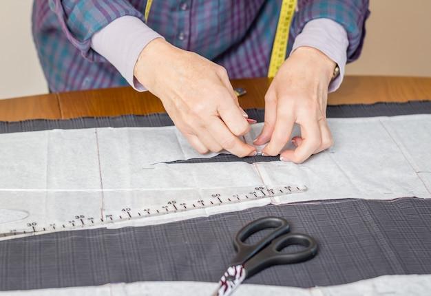 Выкройка портновского дизайна на столе