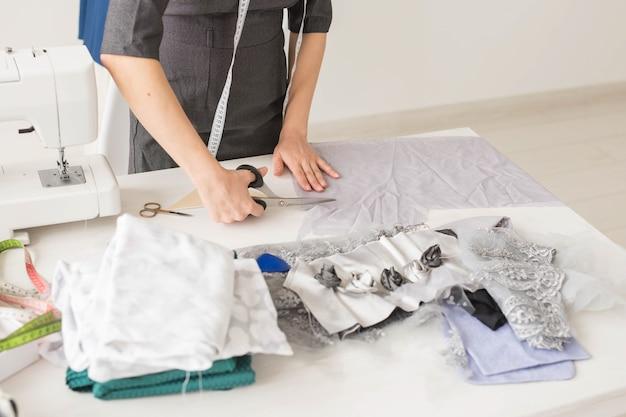 洋裁、ファッションデザイナー、仕立て屋のコンセプト-若い女性デザイナー、ドレスを作成するプロセス