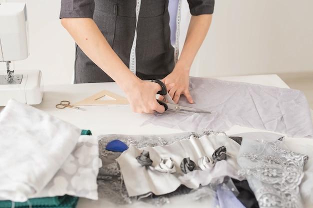 Портниха, модельер и портной концепция - молодая женщина-дизайнер, процесс создания платья.