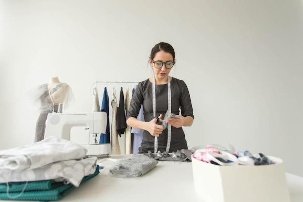 양장점, 패션 디자이너, 재단사, 그리고 사람들의 개념 - 그녀의 쇼룸에 있는 젊은 여성 패션 디자이너.