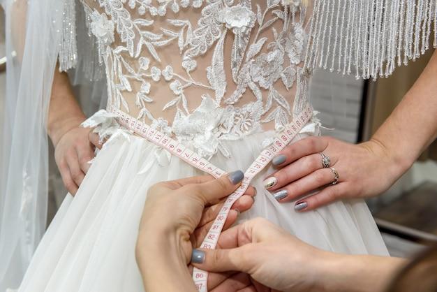 마네킹에 드레스의 허리를 측정하는 양장점