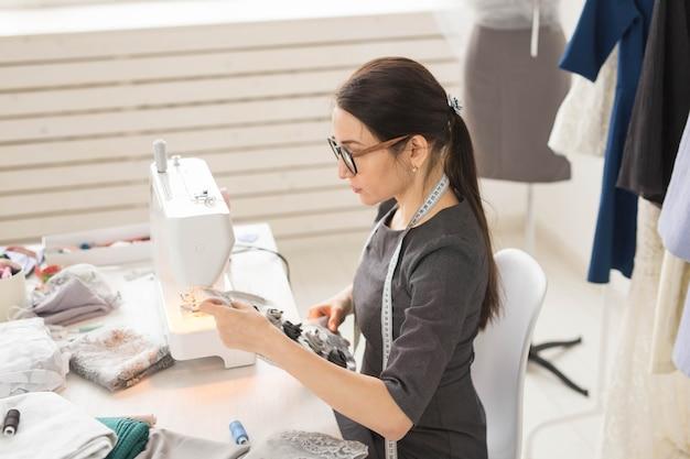 洋裁、仕立て屋、針子のコンセプト-ショールームで働く若いファッションデザイナー