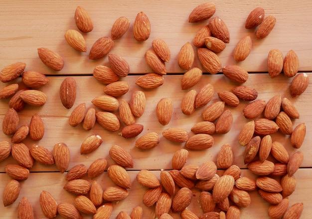 木製のテーブルに乾燥アーモンドナッツ