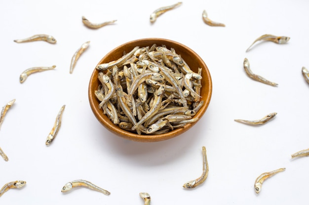 白い背景の上の乾燥アンチョビ