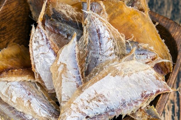 木製のテーブルの上で乾燥して屠殺された小魚
