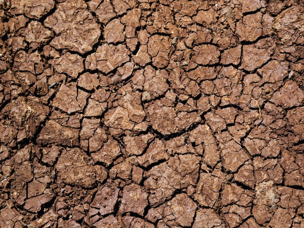 건조하고 갈라진 가뭄 토지