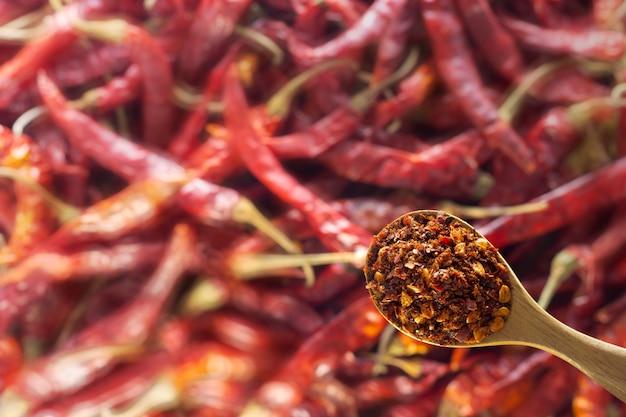 木のスプーンで乾燥して砕いた赤唐辛子。コピースペース