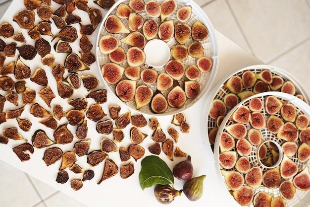 Сушеный и свежий инжир красиво выложен на стол