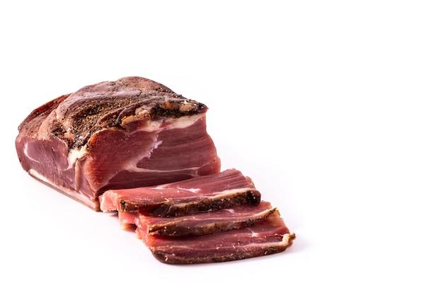 白い背景で隔離の乾燥肉と燻製肉