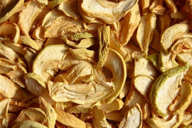 Сушеные яблочные чипсы кусочки фруктов еда фон вид сверху