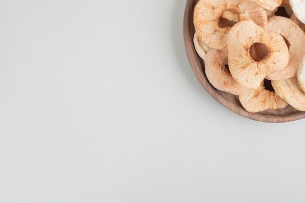 나무 접시에 말린 된 사과 칩