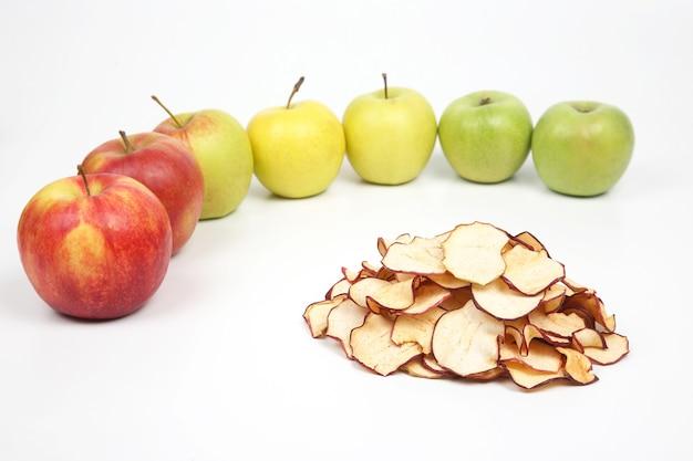 白地に新鮮なリンゴに囲まれた乾燥リンゴスライス