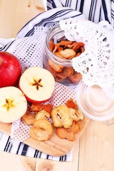 컬러 나무 배경에 유리 항아리에 말린 된 사과