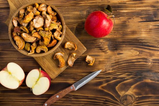 木製のテーブルのボウルに乾燥リンゴ