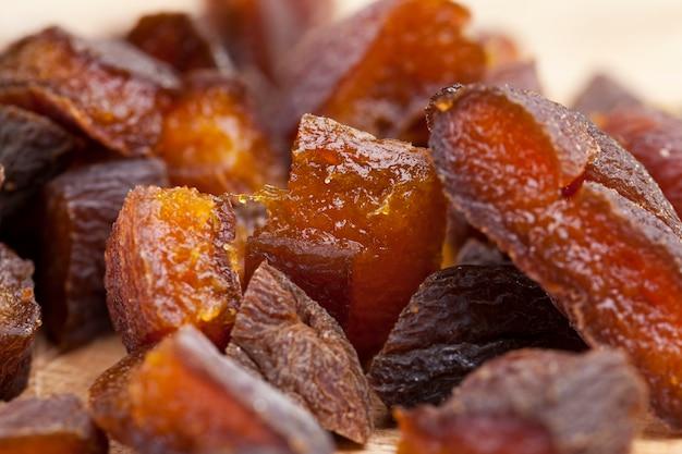 Сушеные плоды абрикоса нарезать кусочками при варке