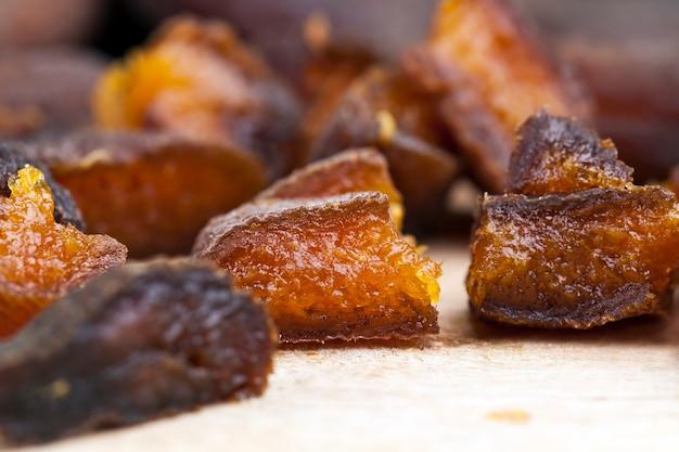 Сушеные абрикосы, сушеные естественным путем на солнце, курага, нарезанные кусочками во время приготовления Premium Фотографии