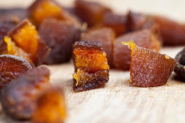 Сушеные абрикосы, сушеные естественным путем на солнечном свете, курага, разрезанные на кусочки во время приготовления