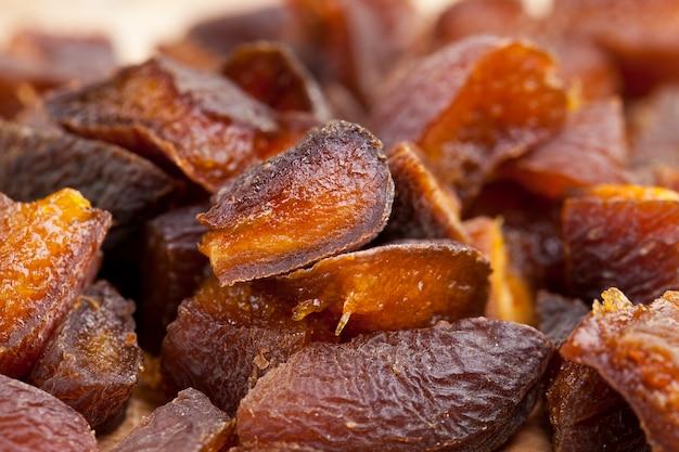 Сушеные абрикосы, высушенные естественным путем на солнце, курага, разрезанная на кусочки во время приготовления