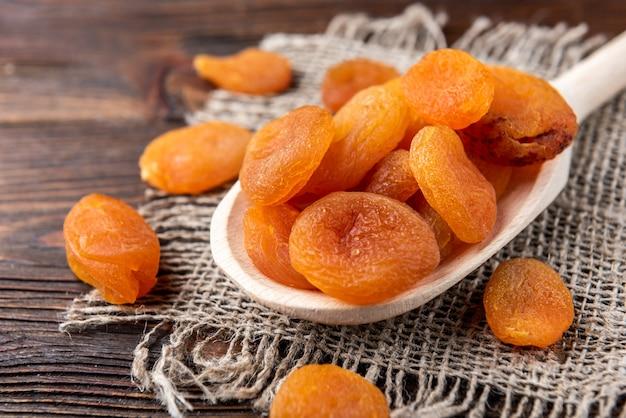 Сушеные абрикосы на деревянном столе