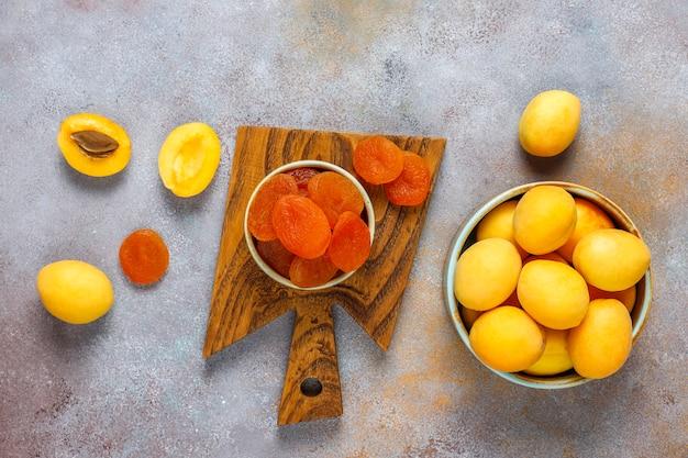 Курага со свежими сочными абрикосами, вид сверху
