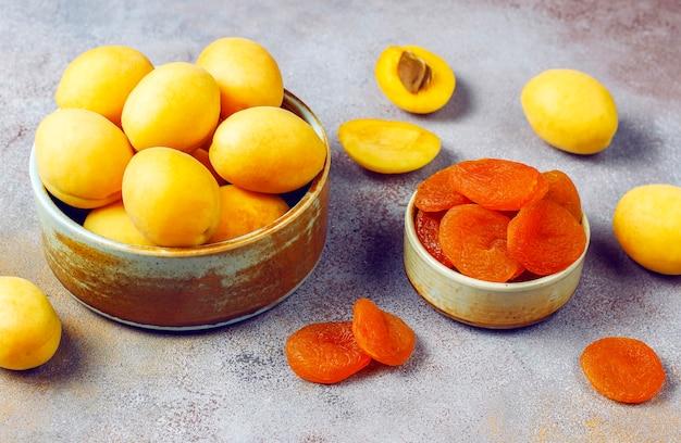 Сушеные абрикосы со свежими сочными плодами абрикоса, вид сверху