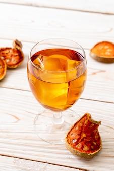 Сушеные фрукты и травяной напиток