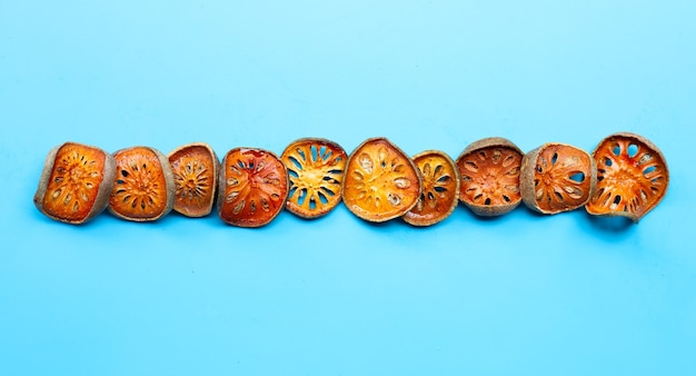 Сушеные фрукты баэль на синем