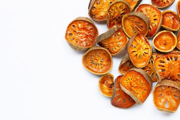 Сушеные плоды bael на белом фоне. вид сверху