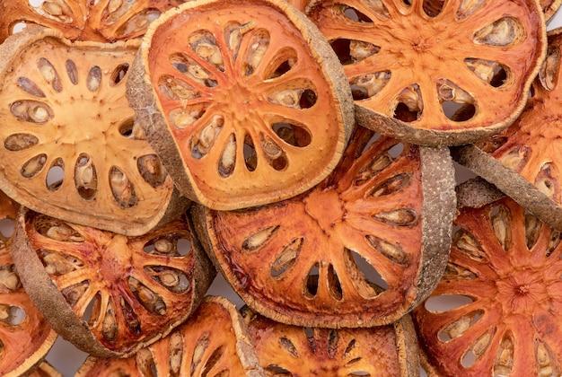 Сушеные плоды bael или aegle marmelos нарезать ломтиками.