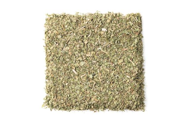 白い背景、上面図に分離された乾燥バジル調味料