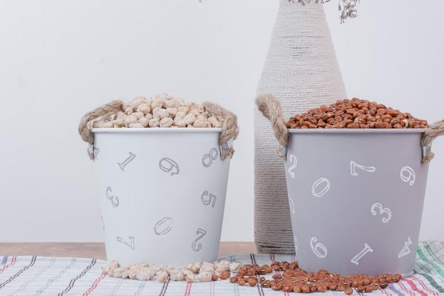花とバケツで乾燥豆とエンドウ豆。