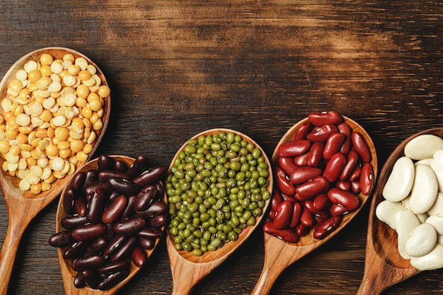 テーブルの上の木製のスプーンで乾燥豆