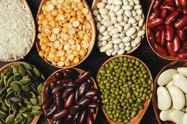 테이블에 나무 숟가락에 말린 된 콩