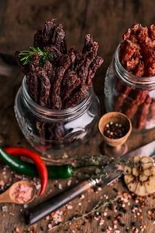 Сушеные кусочки говядины и свинины со специями и зеленью