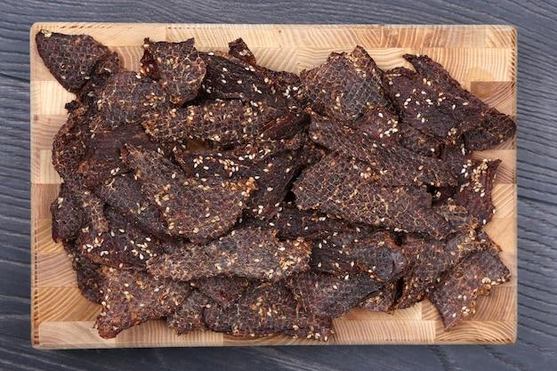 ゴマとスパイスで乾燥した牛肉のスライス
