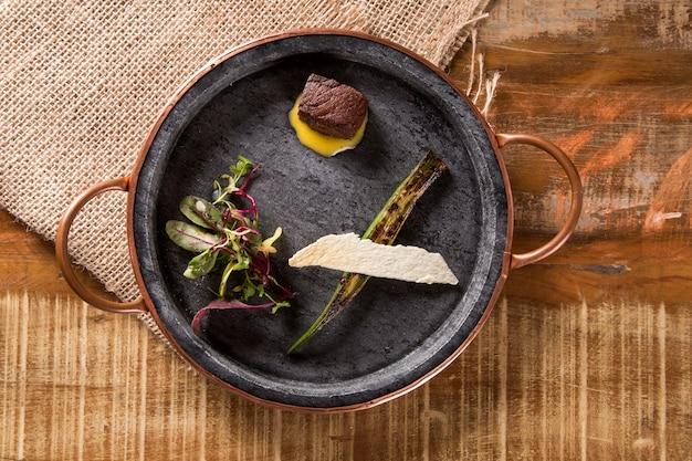 コリアンダーベルネーズ、オクラのグリル、自家製チップスの乾燥牛肉