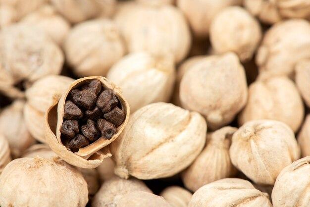 カルダモン果実に最高のカルダモンまたはサイアムカルダモンの種子を乾燥させた。
