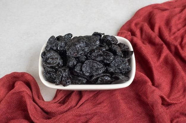 セラミック皿で乾燥した黒梅。