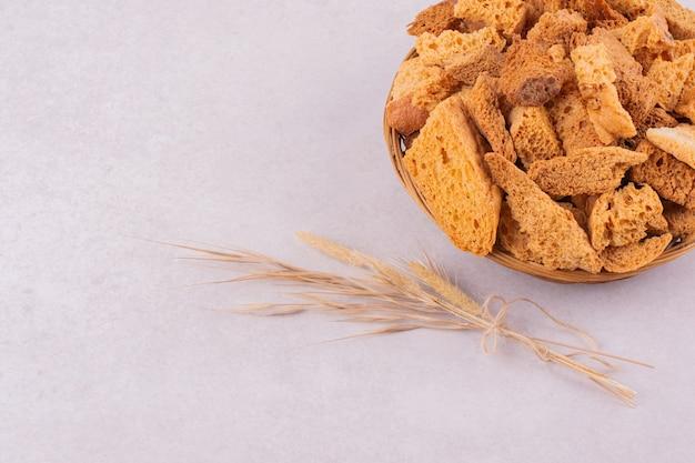 Briciole di pane essiccate in una ciotola con il grano.