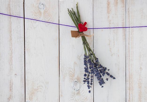 나무 벽에 매달려 있는 말린 라벤더 다발. 라벤더 꽃의 전통적인 건조.