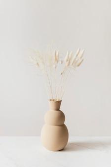 茶色の花瓶の乾燥したバニーテールグラス