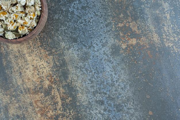 木製のボウルにカモミールの花を乾燥させた。