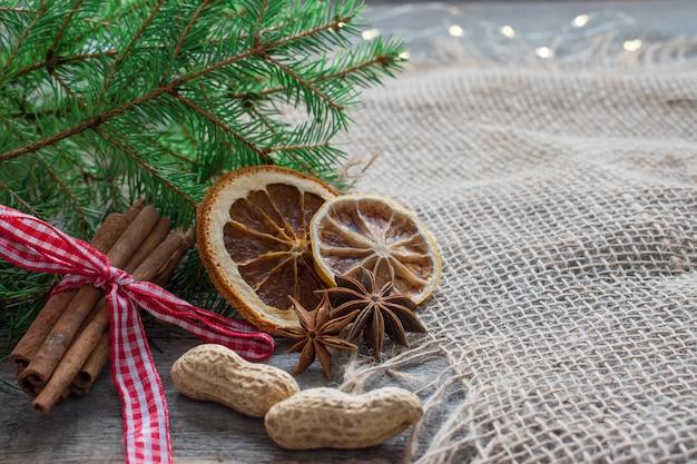 Сушеные цитрусовые и палочки корицы на рождество