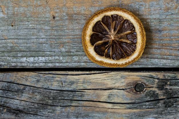 Agrumi secchi su un bellissimo sfondo di legno con diversi accessori, c'è un posto per il testo