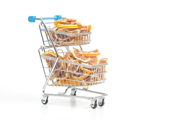 Сушеные цитрусовые в корзине на белом фоне. витаминные продукты