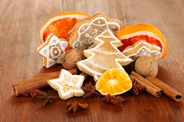 나무 테이블 클로즈업에 말린 감귤류 과일, 향신료, 쿠키