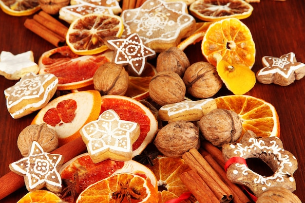 木製のテーブルのクローズアップで乾燥した柑橘系の果物、スパイス、クッキー