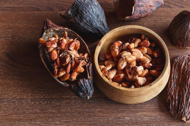 乾燥したカカオポッドと乾燥したカカオ豆