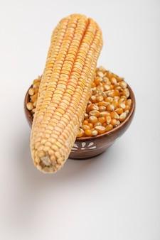 Высушенное семя мозоли на белой предпосылке. зерна спелой кукурузы.